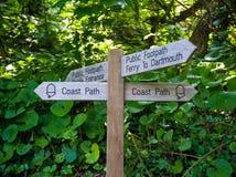 Vecchi sentiero per pedoni, traghetto e segno pubblici di legno del castello di Dartmouth, Devon, Regno Unito, il 24 maggio 2018 immagine stock