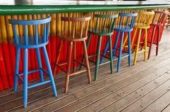 Vecchi sgabelli di barra ad un Pub tropicale Immagini Stock Libere da Diritti