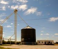 Vecchi silo e costruzioni Immagine Stock