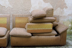 Vecchi sofà Fotografie Stock Libere da Diritti