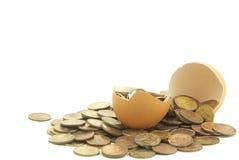 Vecchi soldi in un uovo Fotografie Stock Libere da Diritti