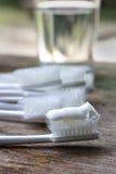 Vecchi spazzolini da denti sulla tavola di legno, sull'usura dello spazzolino da denti di concetto Fotografie Stock