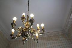 Vecchi stanza e lampadario a bracci Fotografie Stock Libere da Diritti
