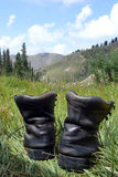 Vecchi stivali d'escursione nelle montagne, Tien Shan Immagine Stock Libera da Diritti