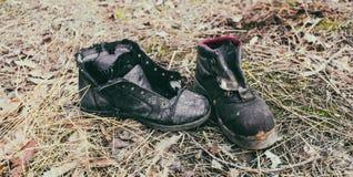 Vecchi stivali di lavoro gettati-fuori Fotografia Stock