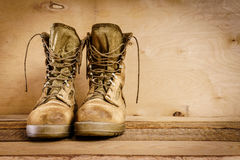 Vecchi stivali militari sulla tavola immagini stock