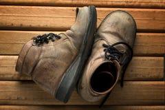 Vecchi stivali sul di legno Immagini Stock Libere da Diritti