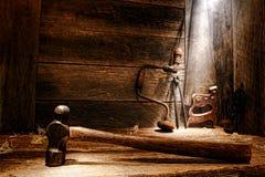 Vecchi strumenti antichi nel gruppo di lavoro di carpenteria dell'annata Immagini Stock Libere da Diritti