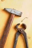 Vecchi strumenti arrugginiti sul bordo di legno Immagini Stock Libere da Diritti