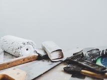 Vecchi strumenti che si trovano su una sedia di legno immagine stock libera da diritti
