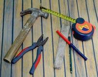 Vecchi strumenti del carpentiere sulla tavola di legno fotografia stock libera da diritti