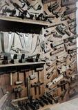 Vecchi strumenti del ` s del carpentiere, su esposizione, dentro il museo di Minucciano fotografia stock