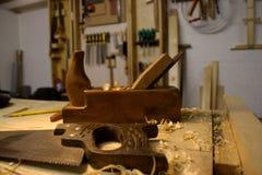 Vecchi strumenti di falegnameria di modo, aereo di legno della mano e sega fotografia stock