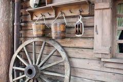 Vecchi strumenti e ruota Immagini Stock