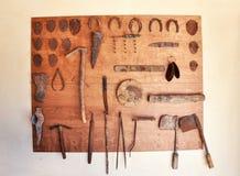 Vecchi strumenti e scarpe dell'asino Immagine Stock