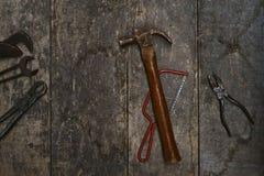 Vecchi strumenti su un banco di legno immagini stock