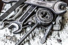 Vecchi strumenti su una tavola fotografia stock