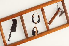 Vecchi strumenti tradizionali del metallo esposti sopra la parete Fotografie Stock