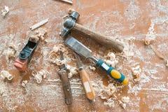 Vecchi strumenti tradizionali di carpenteria con i trucioli Un martello e un aereo di jointer fotografie stock libere da diritti