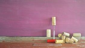 Vecchi sugheri del vino e una vite del sughero Fotografia Stock Libera da Diritti
