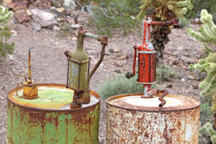 Vecchi tamburi dell'olio arrugginiti Immagine Stock Libera da Diritti