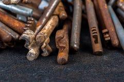 Vecchi tasti arrugginiti sul nero Fotografie Stock