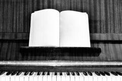 Vecchi tasti del piano del grunge con effetto Fotografie Stock Libere da Diritti