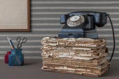 Vecchi telefono e articoli per ufficio neri fotografie stock