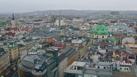 Vecchi tetti a pochi piani e moderni del ` delle costruzioni a Vienna un giorno nuvoloso, Austria Fotografia Stock