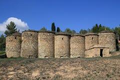 Vecchi tini rocciosi del vino, Talamanca, Catalogna, Spagna immagini stock