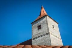 Vecchi torre e cielo blu di chiesa immagini stock
