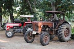 Vecchi trattori dell'annata nel campo Immagini Stock Libere da Diritti