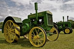 Vecchi trattori ristabiliti di John Deere su esposizione Immagine Stock