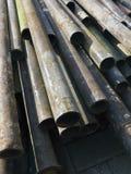 Vecchi tubi arrugginiti per l'impalcatura di costruzione Immagine Stock
