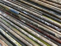 Vecchi tubi arrugginiti per l'impalcatura di costruzione Immagini Stock