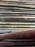 Vecchi tubi arrugginiti per l'impalcatura di costruzione Immagini Stock Libere da Diritti