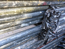 Vecchi tubi arrugginiti per l'impalcatura di costruzione Fotografia Stock Libera da Diritti