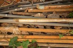 Vecchi tubi d'annata del PVC con il tubo flessibile dell'acqua - verde all'aperto Le del giardino immagine stock libera da diritti
