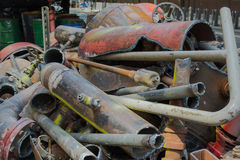 Vecchi tubi e valvole dell'impianto idraulico accatastati su Fotografia Stock Libera da Diritti