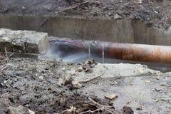 Vecchi tubi rotti del sistema di riscaldamento Fotografie Stock Libere da Diritti