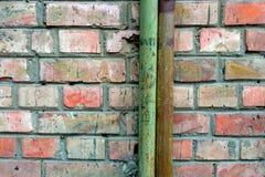 Vecchi tubi su un muro di mattoni Fotografia Stock