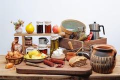 Vecchi utensili ed alimento della cucina Fotografia Stock Libera da Diritti