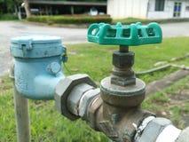 Vecchi valvola e contatore per acqua dell'acqua fotografie stock libere da diritti