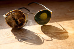 Vecchi vetri con un limone asciutto Fotografie Stock