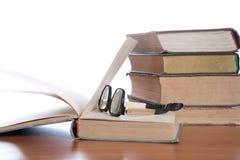 Vecchi vetri ed il libro Fotografia Stock