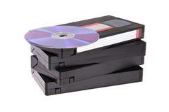 Vecchi video nastri a cassetta con i dischi di DVD Fotografia Stock Libera da Diritti