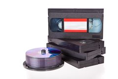 Vecchi video nastri a cassetta con i dischi di DVD immagini stock