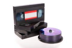 Vecchi video nastri a cassetta con i dischi di DVD Immagine Stock