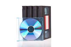 Vecchi video nastri a cassetta con un disco di DVD Fotografia Stock