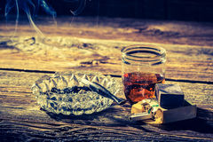 Vecchi whiskey, sigarette e portacenere Immagine Stock